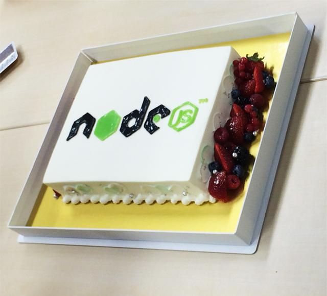 懇親会ではNode.jsのロゴが入ったケーキが登場!